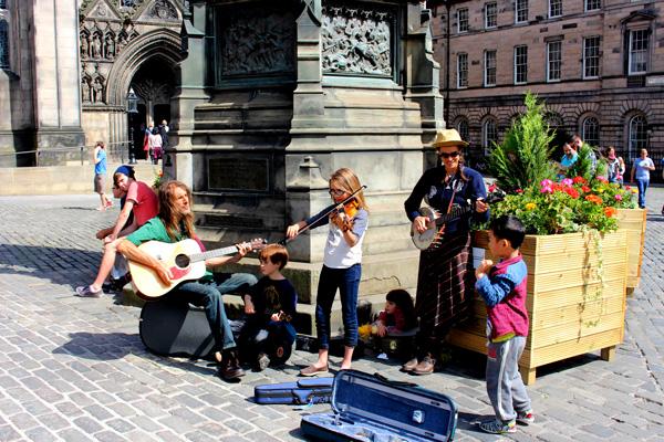 Edimburgo con niños musicos callejeros