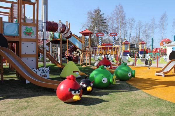 Parque de Angry Birds en Finlandia con niños
