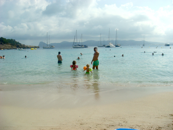 vacaciones en ibiza con niños cala bassa