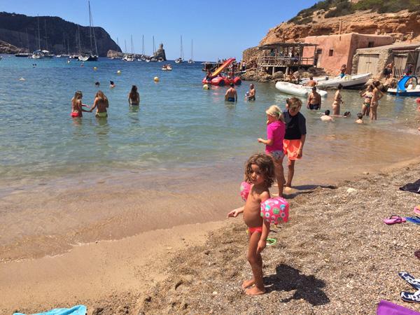 vacaciones en ibiza con niños playa benirras