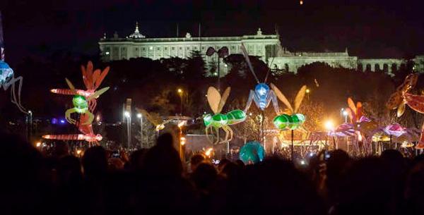 pasacalles de luz Navidad con niños en Madrid