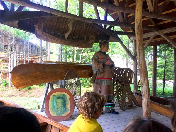 poblado huron wendake canada con niños