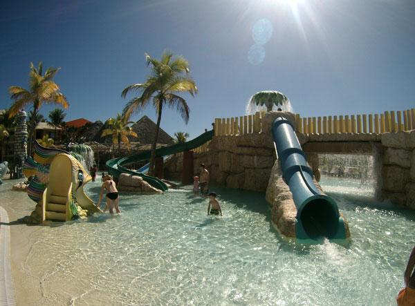 piscina de toboganes punta cana con niños